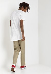 Dickies - 873 SLIM STRAIGHT WORK PANT - Pantaloni - khaki - 2