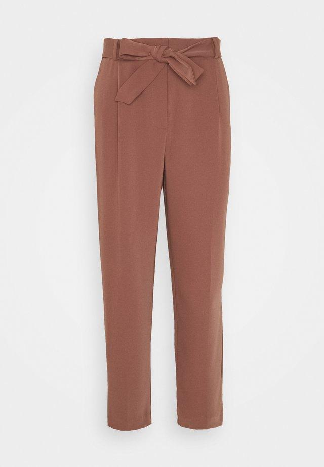 SADIE TIE WAIST SLIM PANTS - Pantalon classique - clay