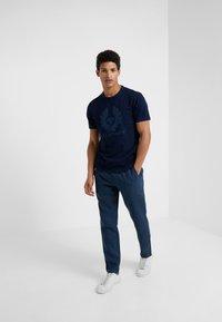 Belstaff - COTELAND  - T-shirt imprimé - indigo - 1