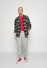 Converse - MENS EMBROIDERED STAR CHEVRON PANT - Tracksuit bottoms - mottled grey - 1