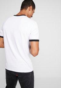 Levi's® - RINGER TEE - Printtipaita - white - 2