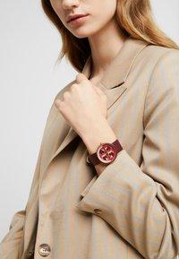 Tory Burch - THE REVA - Watch - red - 0