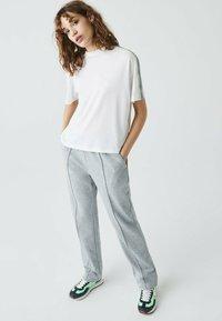 Lacoste - Print T-shirt - weiß / lila / grün - 1