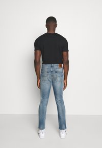 Tommy Jeans - RYAN RELAXED STRAIGHT - Jeans straight leg - portobello mid blue comfort - 2