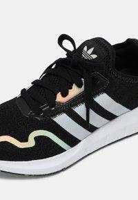 adidas Originals - SWIFT RUN X J UNISEX - Zapatillas - core black/grey one/hazy green - 4