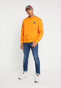 Tommy Jeans - BADGE CREW - Sweatshirt - orange - 1