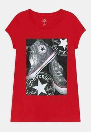 RHINESTONE CHUCK PHOTO TEE - Print T-shirt - university red