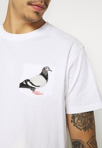 STAPLE PIGEON - POCKET TEE UNISEX - Print T-shirt - white - 5