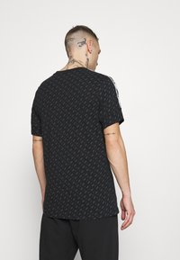 Nike Sportswear - REPEAT TEE - T-shirt med print - black/white - 2