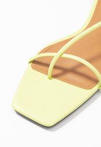 Who What Wear - ZANDER - Sandály s odděleným palcem - limeade - 2
