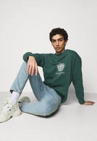 Han Kjøbenhavn - ARTWORK CREW - Sweatshirt - faded green with han - 3
