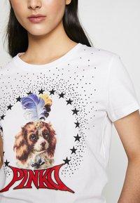 Pinko - PATACIA - T-shirt z nadrukiem - bianco - 5