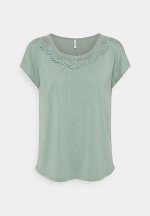 ONLFREE LIFE MIX - Camiseta estampada - chinois green