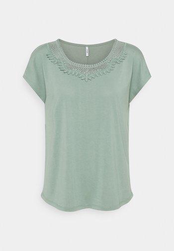 ONLFREE LIFE MIX - T-shirts med print - chinois green