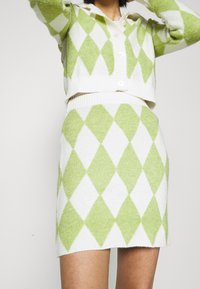 Glamorous - INSTARSIA SKIRT - Miniskjørt - green/off white - 4