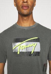 Tommy Jeans - FADED FLAG SCRIPT TEE UNISEX - Triko spotiskem - black - 6