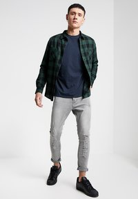 Urban Classics - CHECKED SHIRT - Camicia - black/forest - 1
