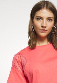 adidas Originals - T-shirts med print - magic pink - 4