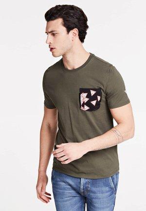 MIT BEDRUCKTER TASCHE - T-shirt con stampa - grün