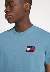 Tommy Jeans - BADGE TEE  - T-shirts basic - vintage denim - 4