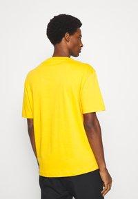 Selected Homme - SLHLOOSEGILMAN O NECK TEE - Basic T-shirt - mango mojito - 2