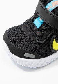Nike Performance - REVOLUTION 5 UNISEX - Hardloopschoenen neutraal - black/lemon/laser blue/hyper crimson - 2