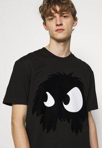 McQ Alexander McQueen - MONSTER DROPPED SHOULDER - Print T-shirt - black - 2