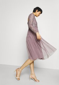 Maya Deluxe - DELICATE SEQUIN MIDI DRESS - Cocktail dress / Party dress - moody lilac - 5
