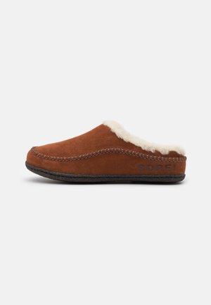 LANNER RIDGE - Domácí obuv - dark amber/blackened brown