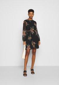 Vero Moda - VMNEWALLIE BELT SHORT DRESS - Vestito estivo - black - 1