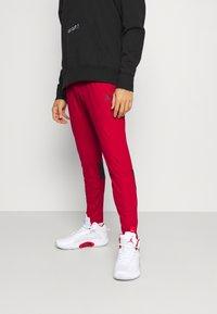 Jordan - AIR PANT - Träningsbyxor - gym red/black - 0