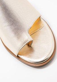 DKNY - DAZ FLAT SLIDE  - Sandaler m/ tåsplit - gold - 2