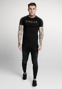 SIKSILK - ASTRO RAGLAN GYM TEE - T-shirt imprimé - black - 1