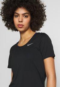 Nike Performance - W NK TOP SS RUNWAY - Print T-shirt - black/reflective silver - 4
