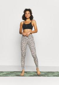 Nike Performance - INDY YOGA ESSENTIALS BRA - Sports-BH'er med let støtte - black/smoke grey - 1