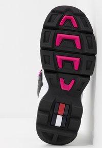 Tommy Jeans - JAWZ  - Sneakersy niskie - black/white/green gecko/pink glow - 6