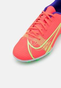 Nike Performance - MERCURIAL JR VAPOR 14 CLUB FG/MG UNISEX - Kopačky lisovky - bright crimson/metallic silver - 5