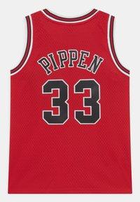 Mitchell & Ness - NBA CHICAGO BULLS SCOTTIE PIPPEN 33 UNISEX - Equipación de clubes - red - 1