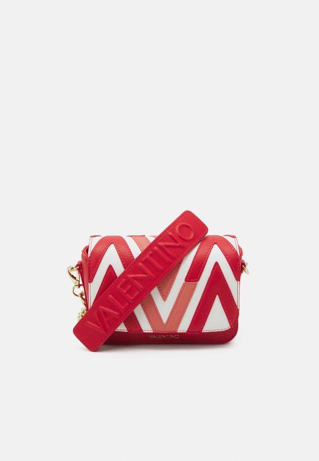 ANTEA - Sac à main - rosso/multicolor