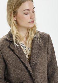 Culture - Klasyczny płaszcz - friar brown - 2