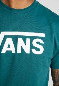Vans - CLASSIC - Print T-shirt - trekking green - 5