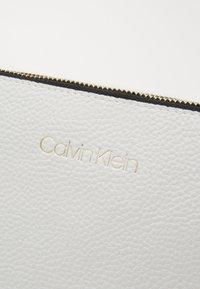 Calvin Klein - EVERYDAY DUO CROSSBODY - Olkalaukku - white - 4