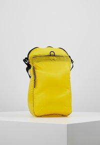 Bag N Noun - CAMP POCHETTE HALF - Axelremsväska - yellow - 2