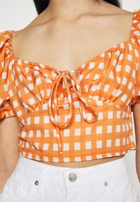 Glamorous - MAYA RUCHED BUST CROP TOP WITH FRONT TIE DETAIL PUFF SHORT SLEEVES - Blouse - rust gingham - 4