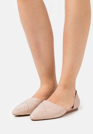 BUTTERFLY - Nazouvací boty - nude