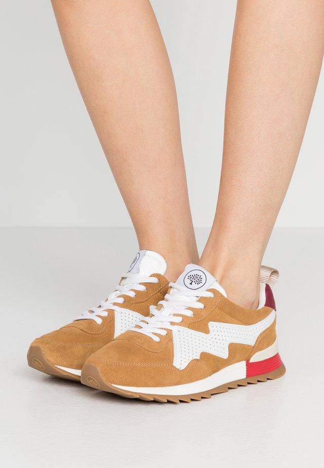 Sneaker low - nut