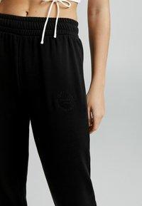 Bershka - PLÜSCH - Pantaloni sportivi - black - 3