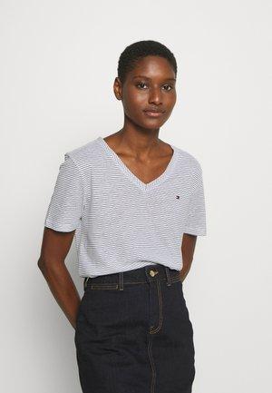 BONITA REGULAR - Camiseta estampada - desert sky