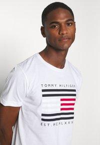 Tommy Hilfiger - T-shirt con stampa - white - 4