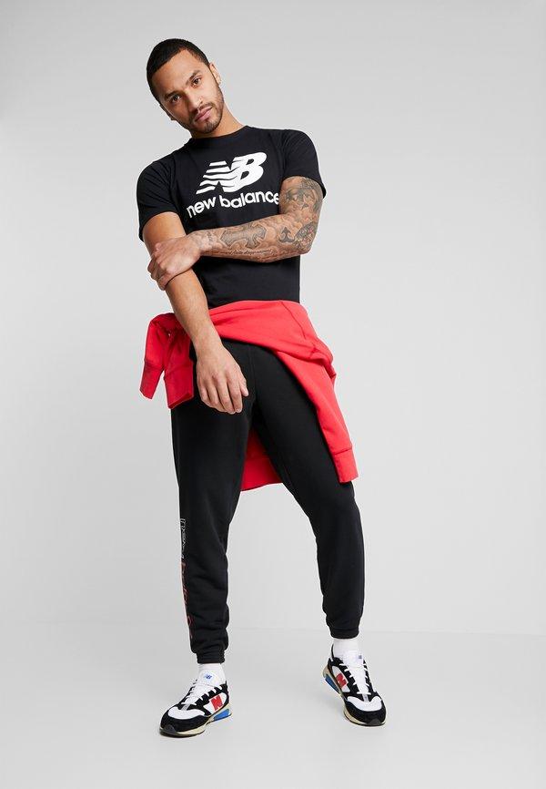 New Balance ESSENTIALS STACKED LOGO - T-shirt z nadrukiem - black/czarny Odzież Męska LFCS
